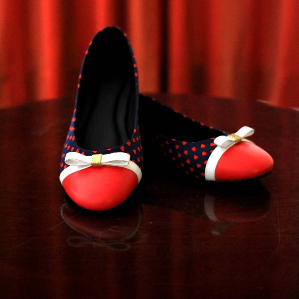 We're sure Taylor would be head over heels with this blue and red white dotty flats with a white ribbon accent that can keep up with any street style outfit she wears.